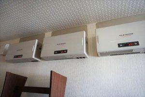 屋根の上にソーラーパネルが載っており売電できます