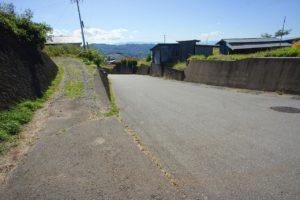 敷地の北西側道路を国道18号線方面へ向かって撮影。幅員6mの広い公道です。 (周辺)