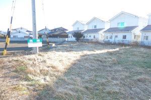 前面道路側から敷地を撮影(外観)