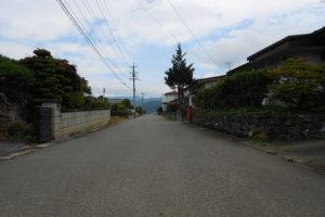 進入路、前面道路西側から東側を撮影。道路幅も十分な広さがあり、お車の出入りも気にならいと思います。 (周辺)